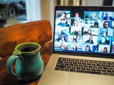 Laptop z obrazem trwającego spotkania na platformie internetowej